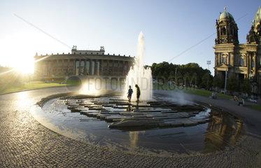 Deutschland  Berlin  Brunnen Berliner Dom und Altes Museum