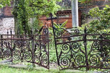 verrostetes Eisengitter an einem Grabmal aus dem Jahre 1897