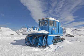 Schneeraeumgeraet  Eisbrecher  auf der Grossglockner Hochalpenstrasse  Hohe Tauern Nationalpark  Kaernten  Oesterreich  Europa