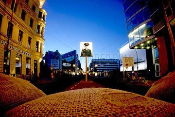 Deutschland  Berlin  Checkpoint Charlie am Abend