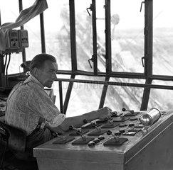 Senftenberg  DDR  Arbeiter im Fuehrerhaus eines Abraumbaggers im Brauskohletagebau