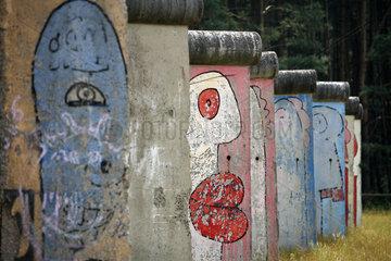 Sosnowka  Polen  Stuecke der Berliner Mauer mit Motiven von Thierry Noir