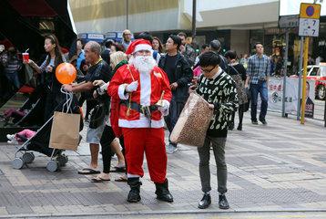 Hong Kong  China  Weihnachtsmann auf einer belebten Strasse