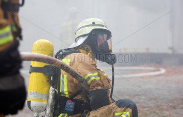 Berlin  Deutschland  Feuerwehrmann mit Atemschutz