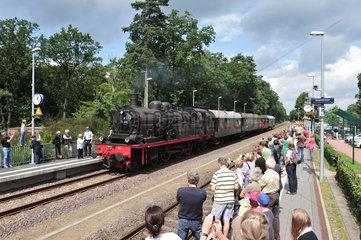 Sandkrug  Deutschland  Besucher bestaunen eine Dampflokotive  die Halt macht um Wasser zu tanken