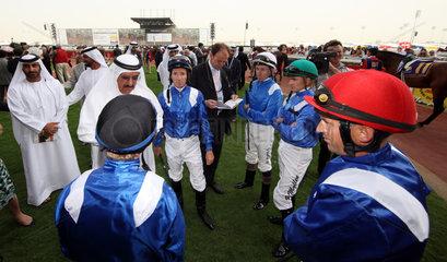 Dubai  Vereinigte Arabische Emirate  Sheikh Hamdan bin Rashid al Maktoum mit seinen Jockeys