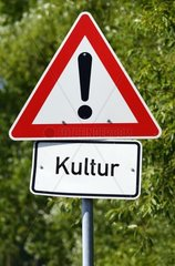 Verkehrsschild Achtung Kultur  Bildmontage