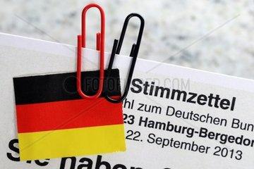 Stimmzettel mit schwarzer und roter Bueroklammer  Symbolfoto Grosse Koalition