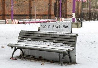 Parkbank im Schnee in der Berliner City