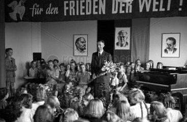 Dresden  DDR  Feierlichkeit fuer die Schulabgaenger in der Aula einer Grundschule