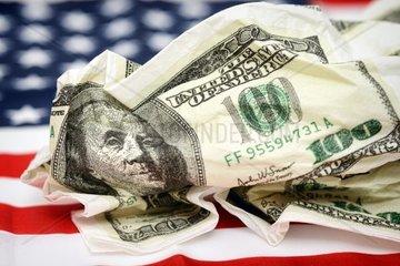 Zerknuellte Serviette mit Dollarnoten  Schuldenkrise in den USA