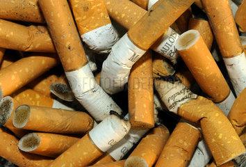 Zigarettenkippen  voller Aschenbecher
