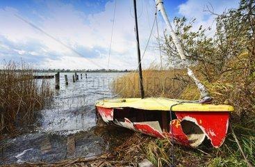 Von Orkantief Christian zerstoertes Segelboot in Poenitz am See  Schleswig-Holstein  Deutschland