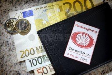 Pfandsiegel mit Bundesadler auf Geldboerse  Symbolfoto Steuererhoehung