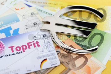 Krankenversichertenkarten und Eurozeichen  Krankenkassenbeitraege