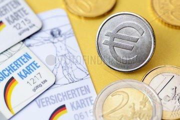 Krankenversichertenkarten und Muenze mit Eurozeichen  Krankenkassenbeitraege