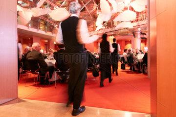 Berlin  Deutschland - Servicepersonal in vornehmer Garderobe beim Auftragen der Speisen bei einer festlichen Abendveranstaltung.