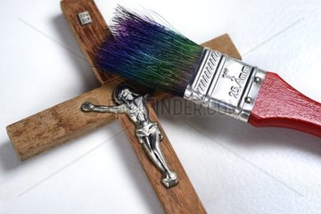 Kreuz mit Pinsel  neuer Anstrich fuer die katholische Kirche