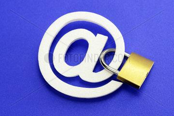 At-Zeichen und Vorhaengeschloss  Datensicherheit im Internet