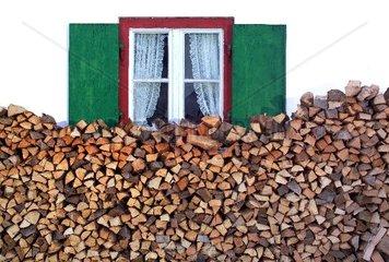 Brennholz  altes Fenster  Bauernhaus