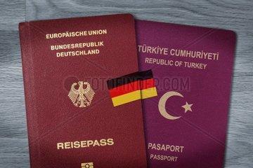 Deutscher und tuerkischer Pass mit Deutschlandfahne  doppelte Staatsbuergerschaft