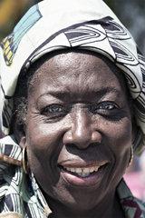 schwarze Frau mit Kopftuch