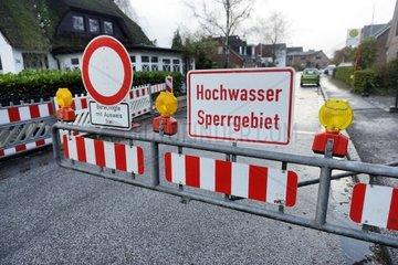 Strassensperrung wegen Hochwasser in Kirchwerder  Hamburg  Deutschland