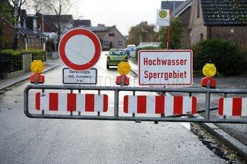 Strassensperrung wegen Sturmflut in Kirchwerder  Hamburg  Deutschland