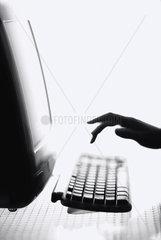 Hamburg  Deutschland  Hand tippt auf der Tastatur eines Computers