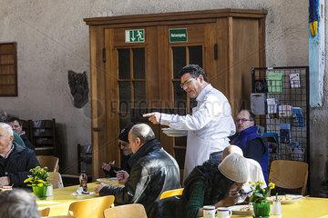 MdB Stefan Kaufmann unterstuetzt die Vesperkirche 2013
