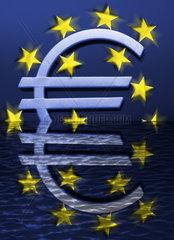 EZB-Eurozeichen versinkt im Wasser  Eurokrise