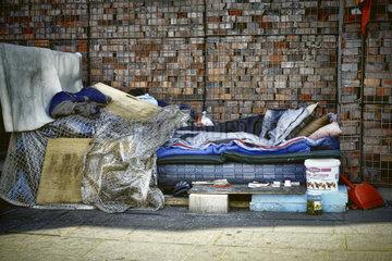 Schlafstaette eines Obdachlosen in der Hafencity von Hamburg  Deutschland