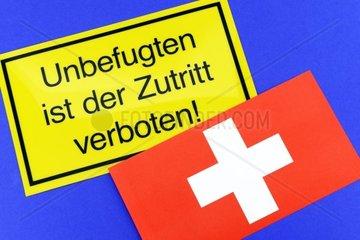 Verbotsschild und Schweizer Fahne  Einwanderungsbegrenzung fuer die Schweiz