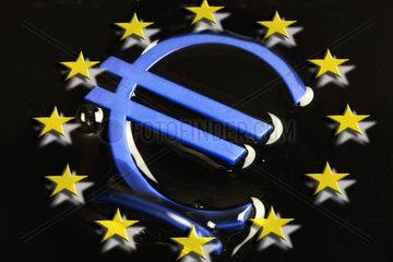 Eurozeichen in dunkler Masse  Eurokrise