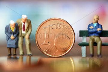 Miniaturfiguren von Senioren und Centmuenze  Symbolfoto Rente und Altersarmut