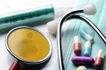 Stethoskop  Spritze und Tabletten  Symbolfoto Medizin