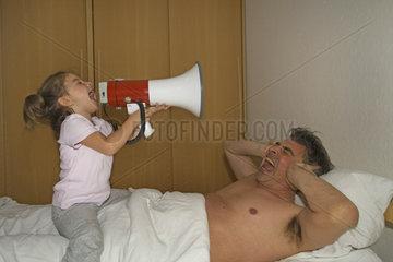 Maedchen weckt seinen Vater mit Megaphone
