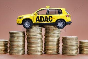 ADAC Miniaturfahrzeug und Muenzstapel  ADAC-Skandal