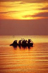 Leute beim Bootsausflug vor Sonnenuntergang