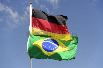 Gehisste Fahnen in Hamburg zur Fussball-WM 2014 in Brasilien