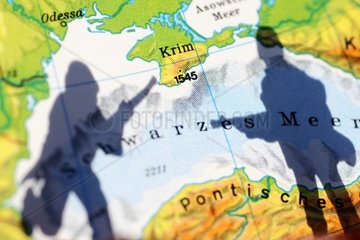 Die Krim auf einer Landkarte und Schatten eines Soldaten  Krim-Krise
