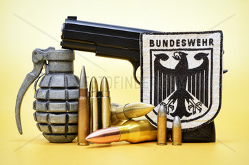 Waffen und Bundeswehrwappen  Symbolfoto deutsche Waffenlieferungen