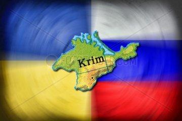 Karte der Krim vor den Fahnen von Ukraine und Russland  Krim-Krise