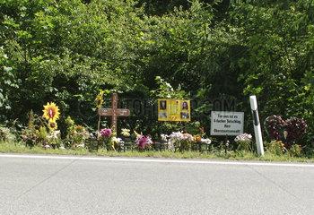 Schilder am Strassenrand erinnern an Verkehrstote