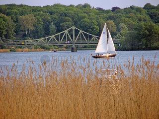 Segelboot auf der Havel vor Glienicker Bruecke