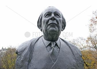 Schweiz  Genf  Skulptur von Jean Piaget im Park des Bastions