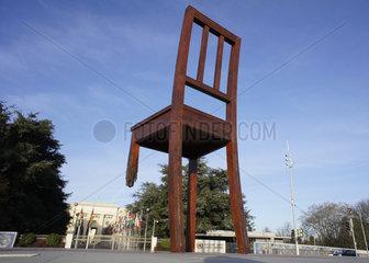 Schweiz  Genf  Skulptur Broken Chair auf dem Platz der Nationen