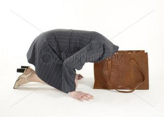 Frau steckt Kopf in Handtasche