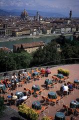 Blick auf die Stadt und Restaurant
