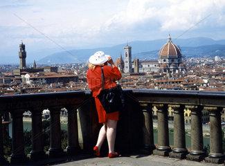 Blick ueber die Stadt mit Touristin